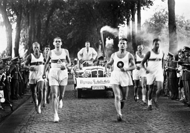 1936 Summer Olympics torch relay (Bundesarchiv_Bild_146-1976-116-08A,_Olympische_Spiele,_Fackelläufer)