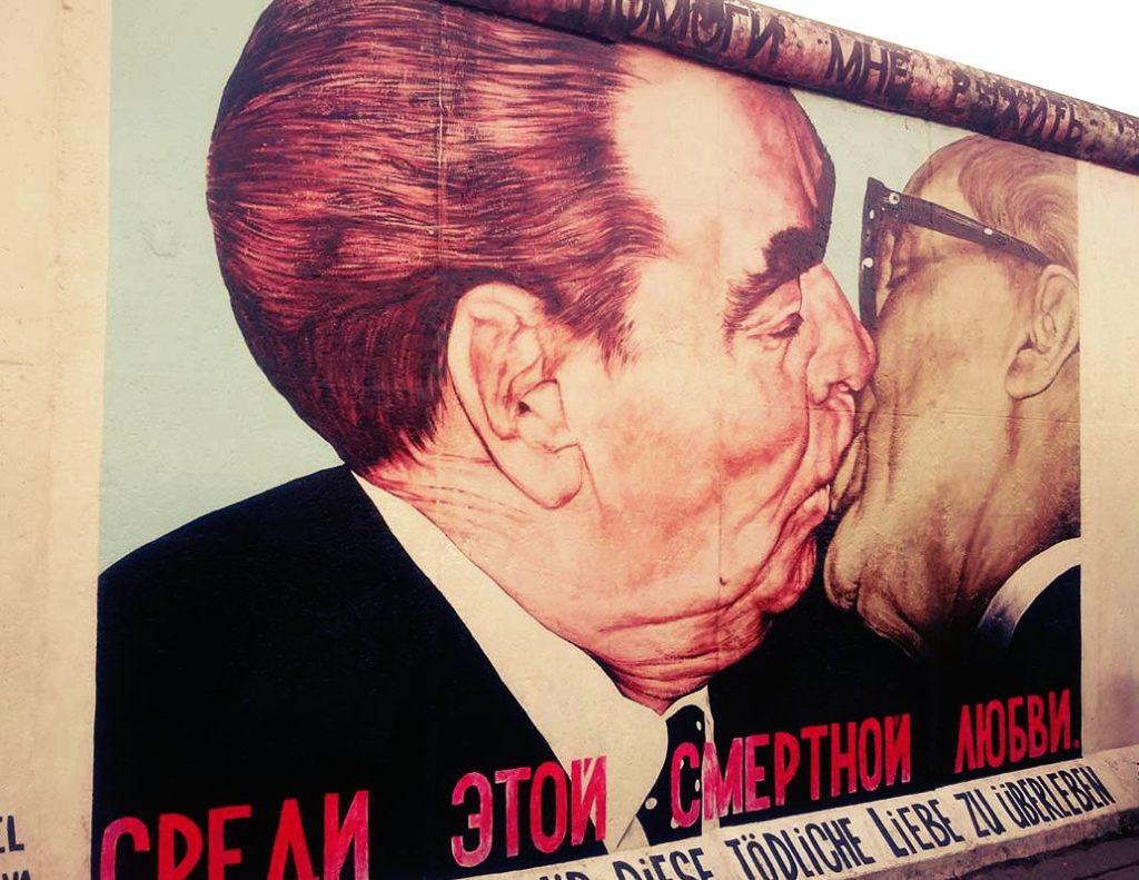 BE_EastSideGallery_KruschevHonecker