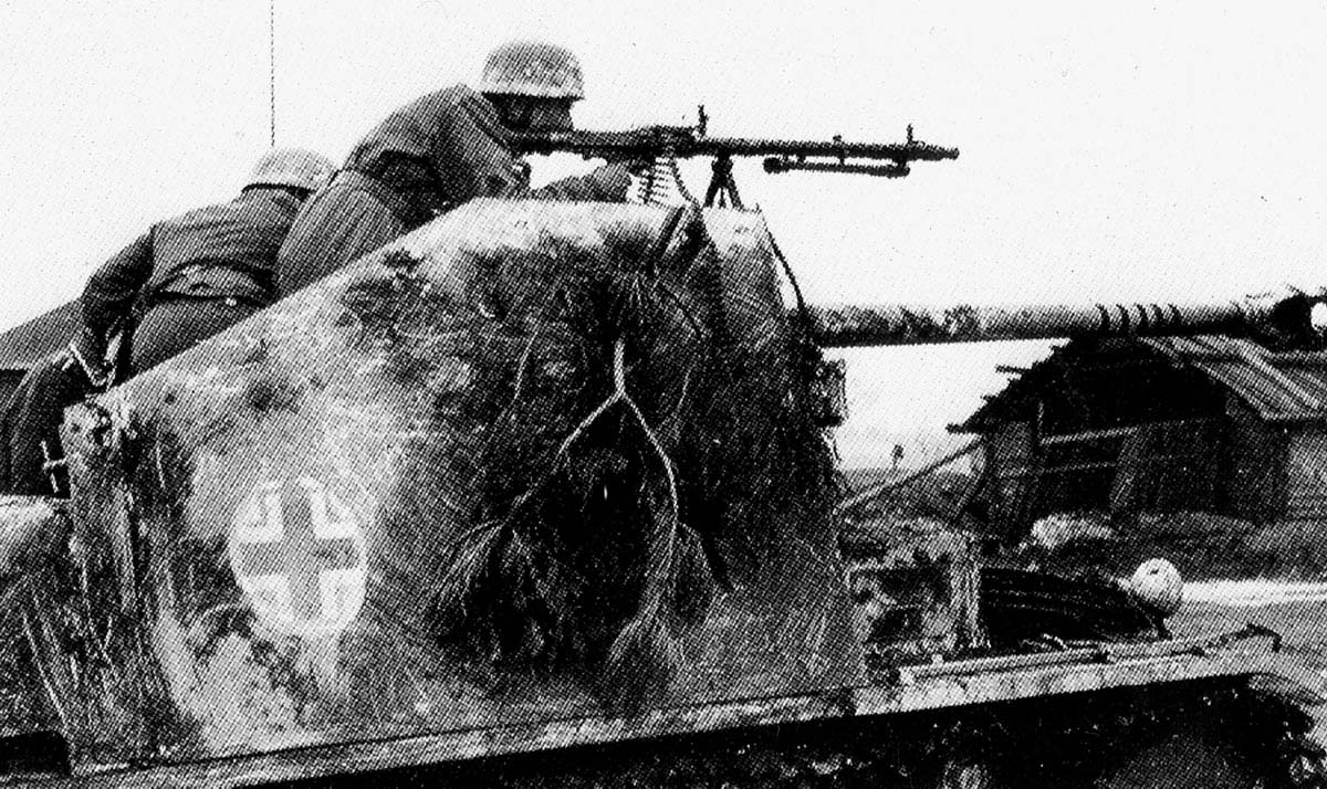 Paratroopers of the 9th Parachute Division prepare to counterattack on 18 April