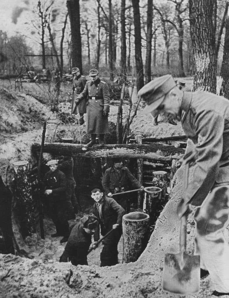 Berliners preparing defences in the city before the arrival of Soviet troops