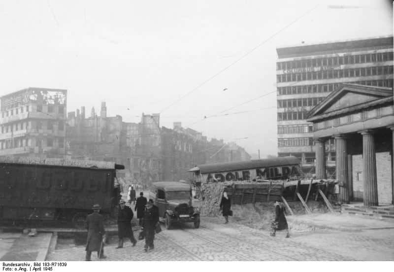 Barricades at Potsdamer Platz/Image: Bundesarchiv, Bild 183-R71639