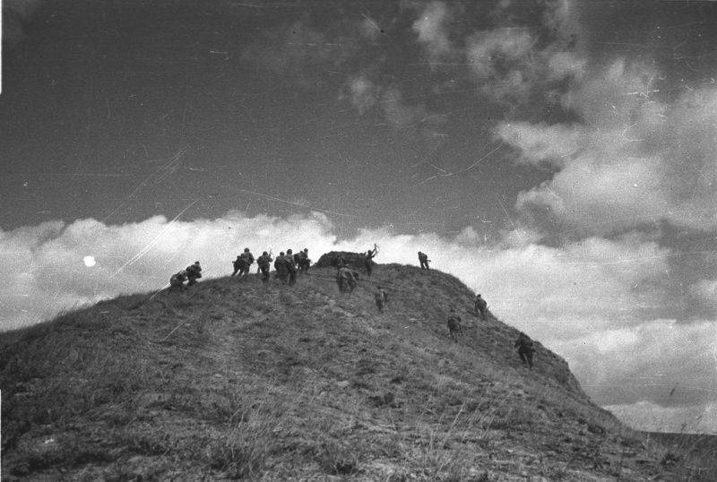 Soviet troops reenacting the attack on the Seelow Heights