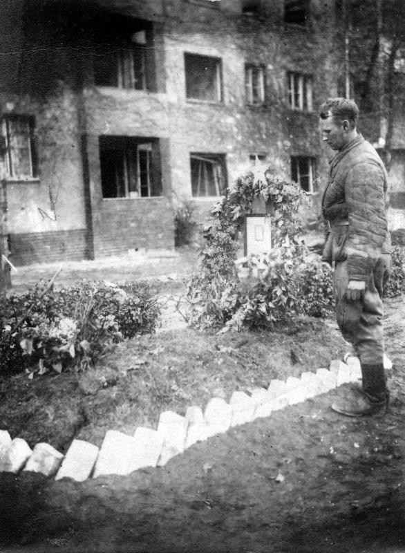 Soviet soldier Ivan Kichigin at the grave of his fellow soldier Gregori Kozlov Mai 45 Berlin