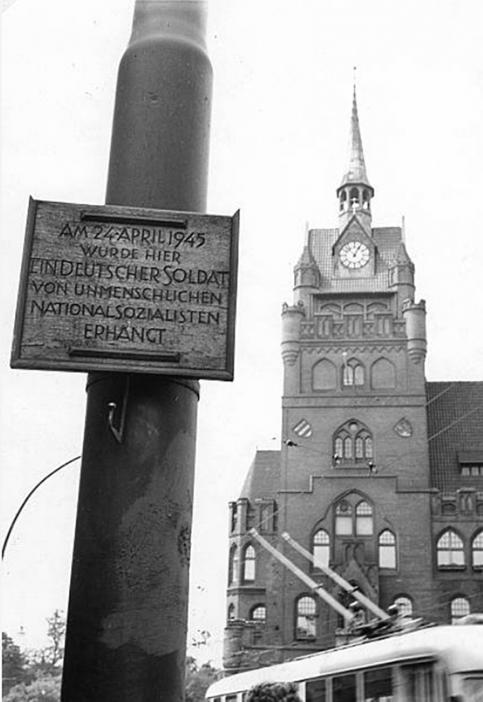 A post-war photo of the Steglitz town hall and a memorial for an executed man