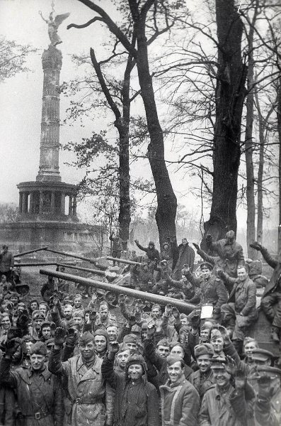 Soviet tanks and soldiers at the Siegessäule in the Tiergarten