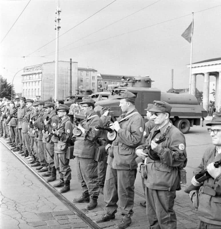 members of Kampfgruppen on 13 August 1961 on the west side of the Brandenburg Gate directly to the demarcation line