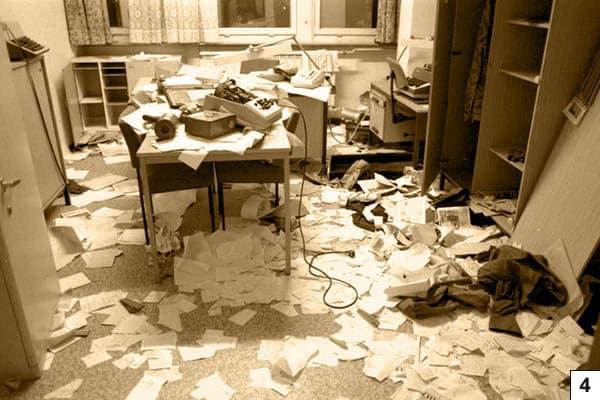 Berlin, Stasi-Zentrale gestürmt/Bundesarchiv, Bild 183-1990-0116-014 / CC-BY-SA 3.0