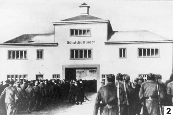 Sachsenhausen prisoners at the Tower A entrance/Bundesarchiv, Bild 183-78612-0002 / Unknown author / CC-BY-SA 3.0